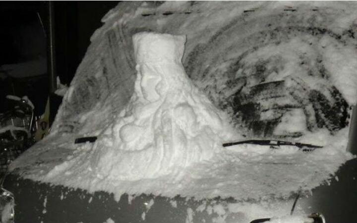 网友用雪在自家车上打造《银河铁道999》梅德尔胸像
