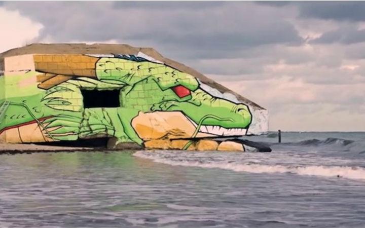学习过去考虑未来!艺术家将诺曼底残留的堡垒画成神龙