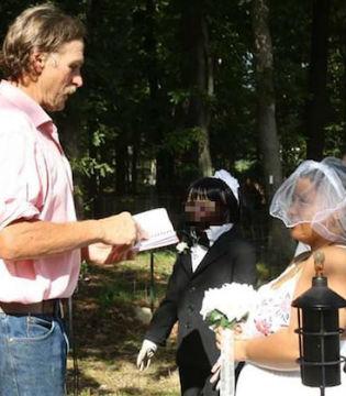 美国女性与惊悚娃娃办的婚礼举办!2月第2周新闻汇总