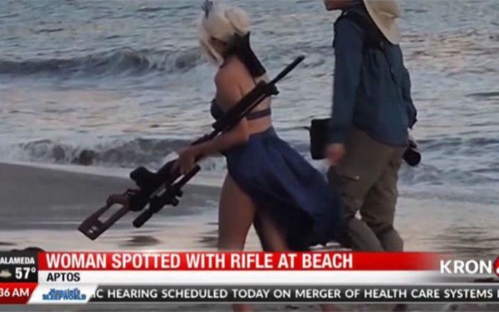 美国COSer持仿真枪在沙滩摄影遭举报