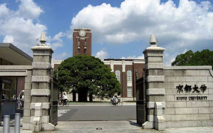 坐等希望变绝望!京都大学入学考试考场外摆放丘比像