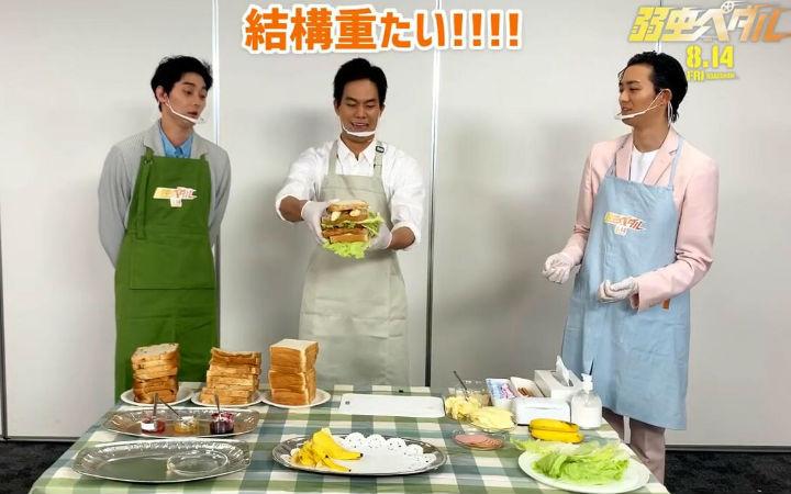 真人电影《飙速宅男》演员挑战剧中的巨大三明治