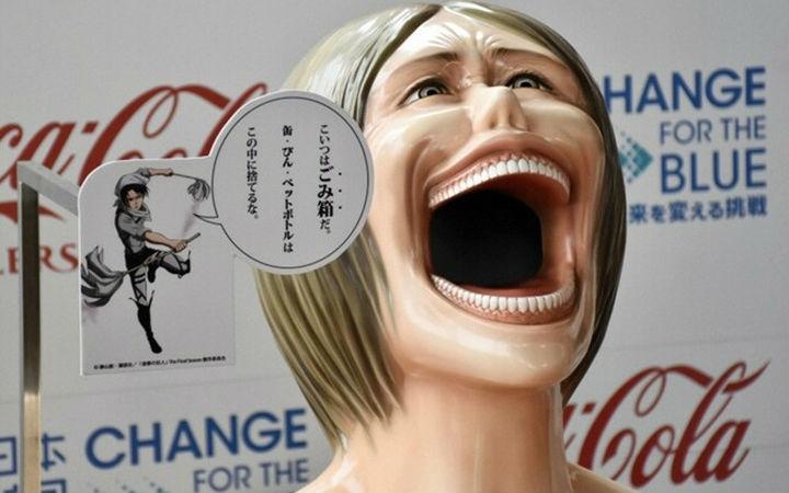 日本街头设立《进击的巨人》中巨人形状的垃圾箱