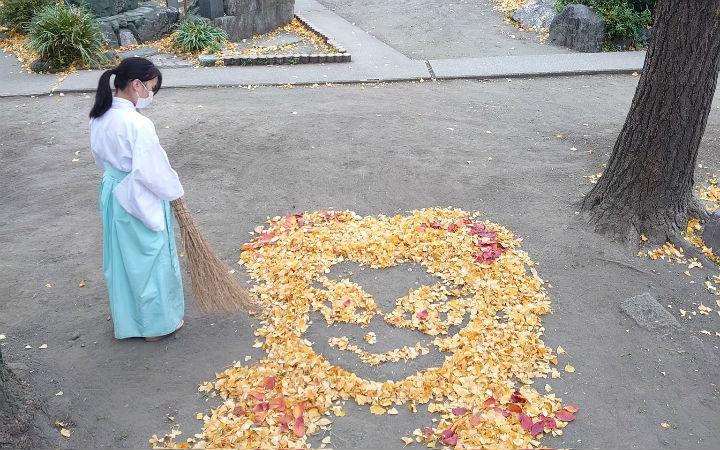 日本神社用落叶摆出《鬼灭之刃》炼狱杏寿郎